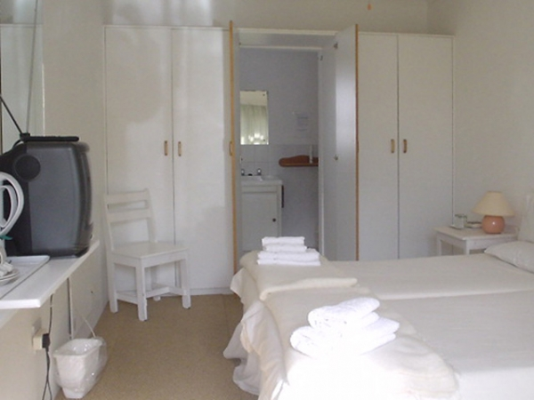COSY DOUBLE ROOM SHARED BATHROOM